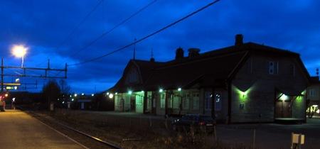 Bräcke station med helt mörklagd väntsal