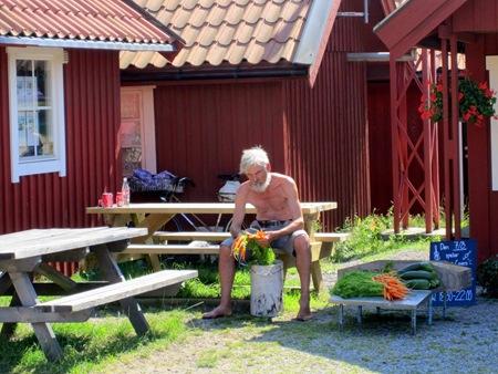 """Känd """"karaktär"""" på Utö som säljer pinfärska fräscha grönsaker till gästerna."""