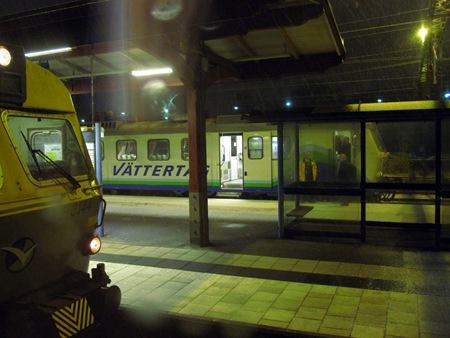 Väntan i SKövde tillsammans med andra tåg i snöglopp.