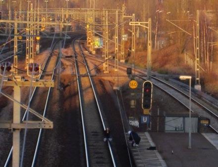 Notera att det är 250 m till kurvan bakom flickan och det tar 6 sekunder för ett tåg att komma fram till flickan