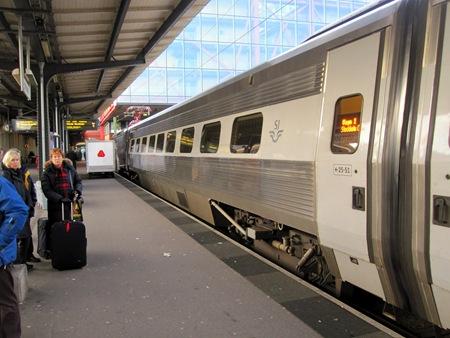 Tåget fullt enligt SJ Kundtjänst men få resenärer som väntar på tåget skall öppna vagnsdörrarna