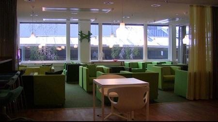 Välkomnande lounge i grön färgton