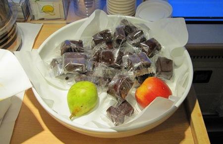 Frukten gick åt men kakorna ratades av de förnuftiga resenärer.