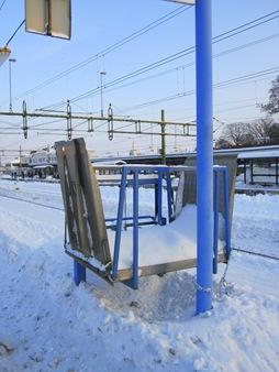 Det gäller att skotta fram den snabbt om det kommer ett tåg med rullstol.