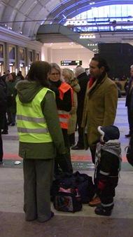 Banverket och SJ i samverkan försöker trösta pappa med liten son
