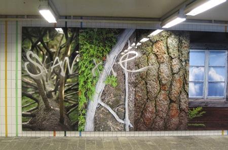 Första graffitin på de nya fina tavlorna i Handens pendeltågstation