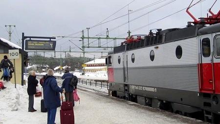 SJ X2000 tåg 428 skyltat men Tågabs tåg 8122 på perrongen.