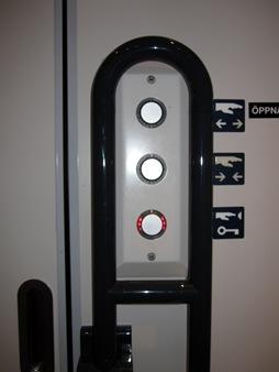 Många knappar för att få tillträde till nödutrmme på Itinotåg