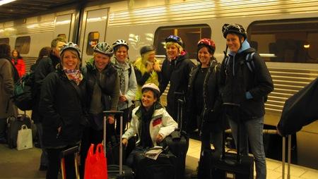 Glada och säkerhetsmedvetna resenärer på väg till Hudiksvall