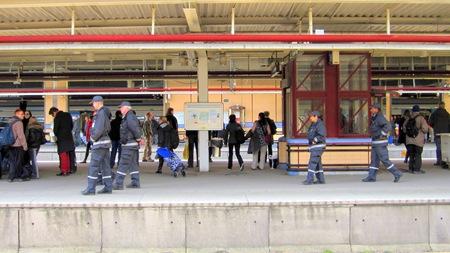 På väg ut till tågen för kontroll