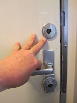 Det räcker med ett lätt tryck för att stänga toalettdörren