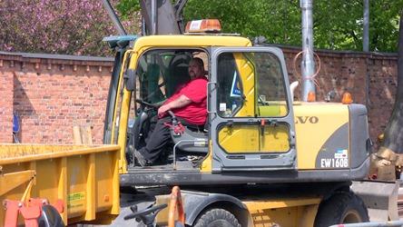 Riktig karl med riktig stor grävmaskin