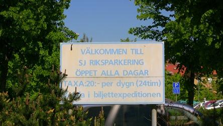 Skylt vid långtidsparkeringen vid stationen i Alingsås