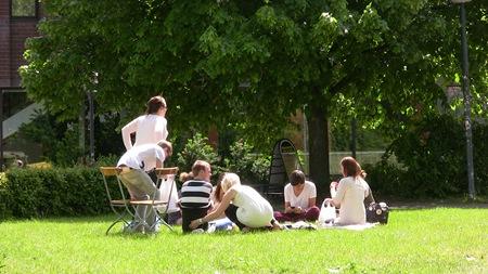Om man vill fika billigt kan man ta med egen picknick till Hörsalsparken - Man kan inte göra det mer centralt än så i Norrköping