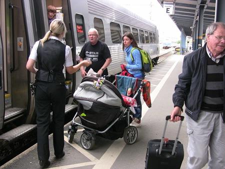 SJ:s regler säger att barnvagnen skall vara ihopfälld. Dessutom kommer den inte in genom dörrarna på X2000.