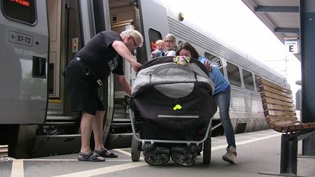 Först måste vi tömma barnvagnen med barn