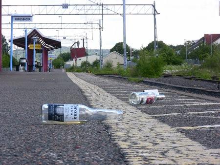Spritflaskor och glas på perrongen