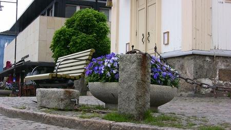 Omkullvräkt stenpelare framför kyrkan vid Stora torget