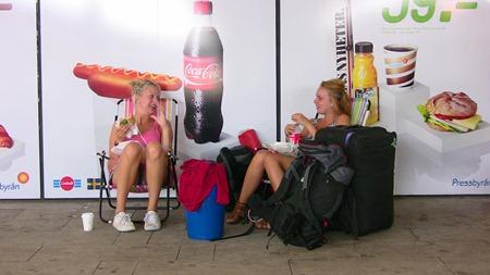 Resenärer som vet hur man väntar på tåg