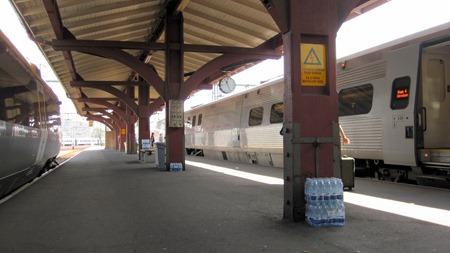 Är det Trafikverket som bjuder på vatten för att AC:n på perrongerna lagt av i värmen?