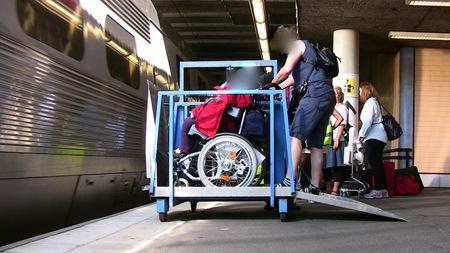 Lastning av rullstol med handikappad resenär