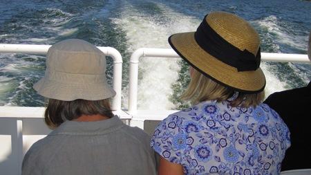 Två paranta damer i hatt