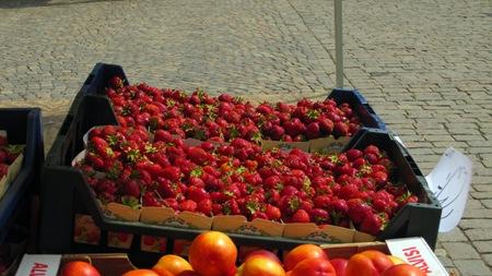 Det är bara jordgubbar från Vara som gäller här på torget i Skövde