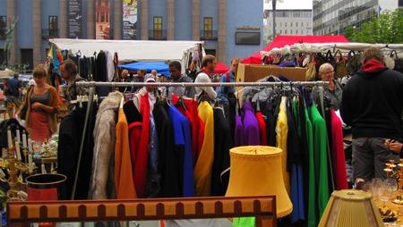 Färgrikt urval av begagnade kläder