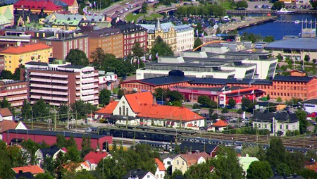 LÅng där nere ligger stationen från vilken jag knallat upp på Södra Stadsberget