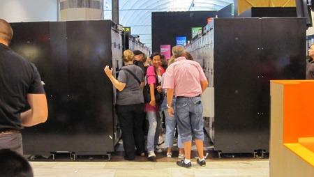 Här gäller det att vara smidig om man skall få en ledig baggagebox