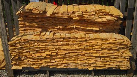 Skivat trä av gran för att ha på taket