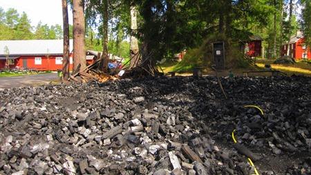 Utbränd mila med en massa träkol för 7 miljoner grillkorvar