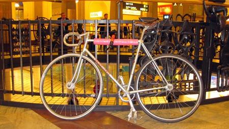 Här står cykeln säkert och centralt på Stockholms Central