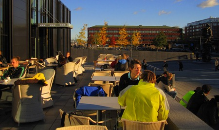 Uppsala Resecentrum i eftermiddagssol