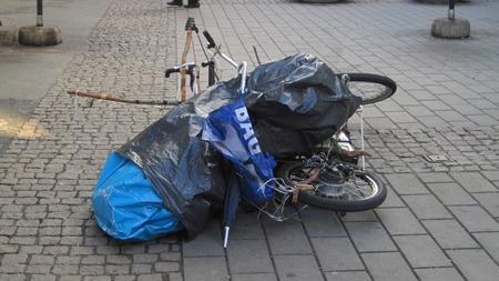 Nej, det verkar vara en cykel. En cykel gjord av två cyklar och träpinnar(!)