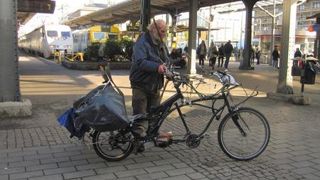 Så kom till slut ägaren för att cykla iväg men det gick inte.