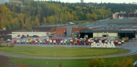 Inte leksalsbilar utan riktiga lastbilar uppställda för provning hos Scania