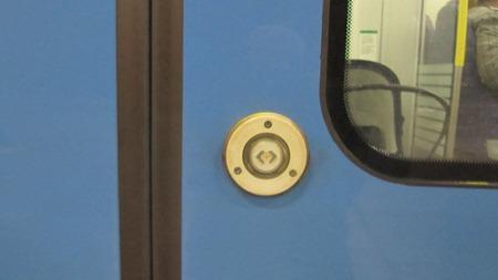 Knapp för att öppna dörrarna på SL:s pendeltåg