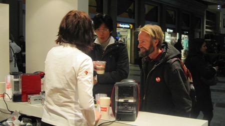 Jo, det var servering av gratis kaffe och det var många som ville köa för en gratiskopp.