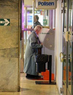 PUBL BAnkomat gamma dam kvinna - Det gäller att välja en säker bankomat