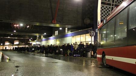 Lång kö till EN buss och fler resenärer inne i stationshallen