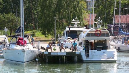 En del kommer med egen båt och det finns en väl utbyggd gästhamn