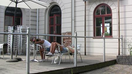 Det är skönt med en tupplur efter lunchen på Järnvägscaféet.