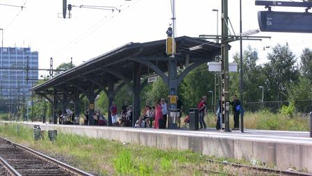 Här har man stått många vinterdagar och frusit men idag var det svalaste stället på stationen om man stod under perrongtaket.