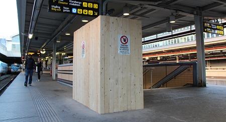 Rejält skyltad men märklig låda på Stockholm C