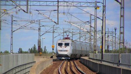 SJ 2000 på väg söderut passerar Södertälje Syd