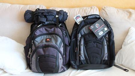 Den gamle ut och den nya unga ryggsäcken in