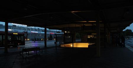 Icke fungerade belysning på Handenterminalen ger otrygg väntan för bussresenärerna