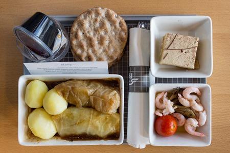 Kåldolmar med skysås, kokt potatis och lingon