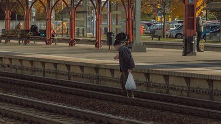 På väg ut på spåren utan koll på eventuella tåg